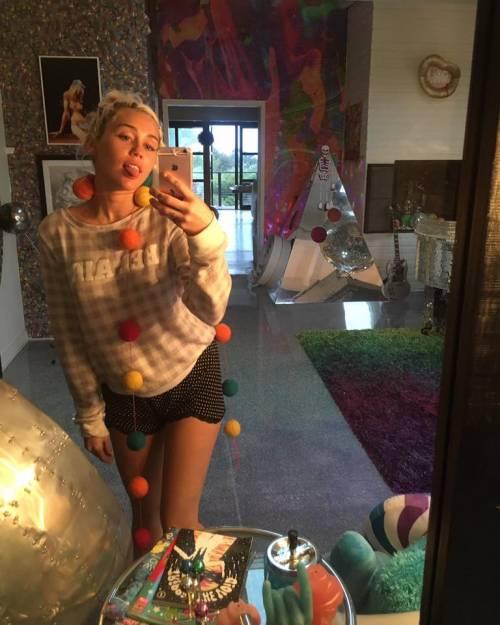 Miley Cyrus, twerking e linguacce sui social: foto 8