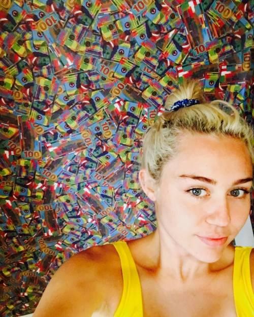 Miley Cyrus, twerking e linguacce sui social: foto 12