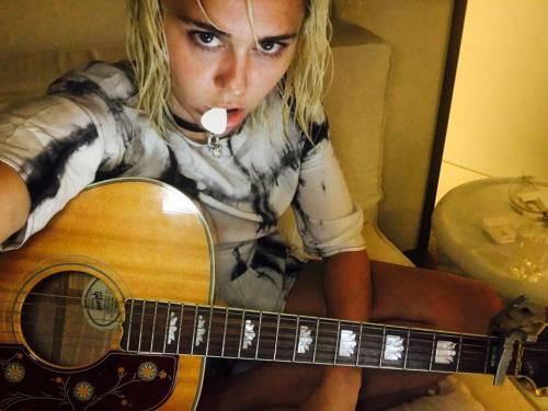 Miley Cyrus, twerking e linguacce sui social: foto 13