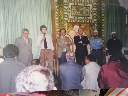 Matteo Salvini (secondo da sinistra)  in moschea a Milano nel 2001