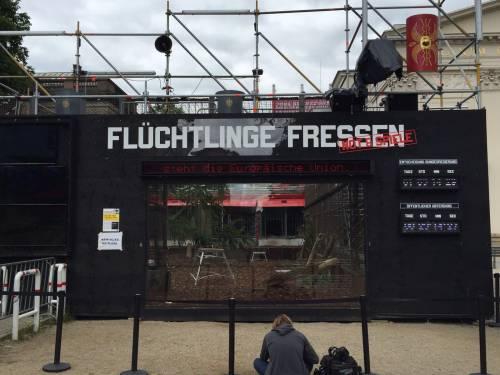 """A Berlino spunta un'arena con le tigri per """"mangiare"""" i rifugiati 1"""