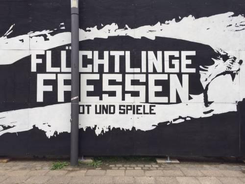 """A Berlino spunta un'arena con le tigri per """"mangiare"""" i rifugiati 6"""