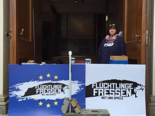 """A Berlino spunta un'arena con le tigri per """"mangiare"""" i rifugiati 8"""