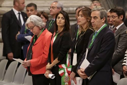 Raggi umiliata da Boschi: il ministro le passa davanti senza salutare