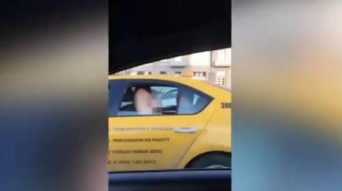 Ragazza fa sesso in taxi e si mostra dal finestrino