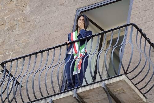 La Raggi si affaccia dal balcone del Campidoglio e si commuove 3