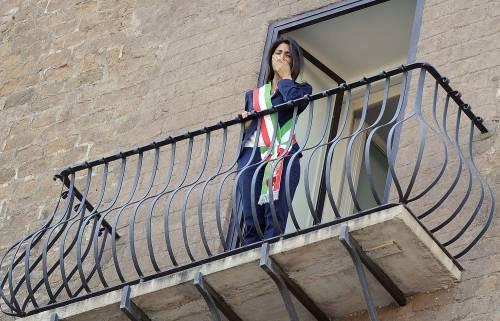 La Raggi si affaccia dal balcone del Campidoglio e si commuove 2