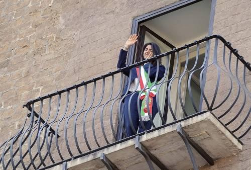La Raggi si affaccia dal balcone del Campidoglio e si commuove 5