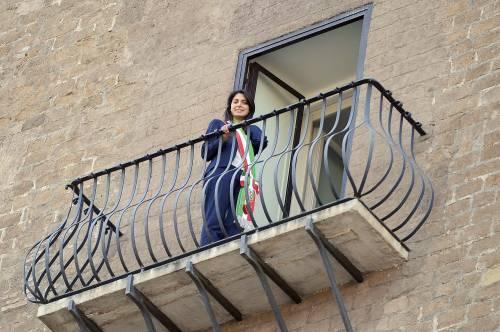 La Raggi si affaccia dal balcone del Campidoglio e si commuove 4