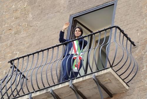 La Raggi si affaccia dal balcone del Campidoglio e si commuove 6