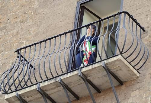 La Raggi si affaccia dal balcone del Campidoglio e si commuove 7