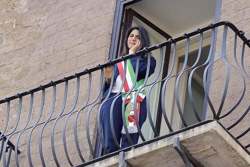 La Raggi si affaccia dal balcone del Campidoglio e si commuove 10