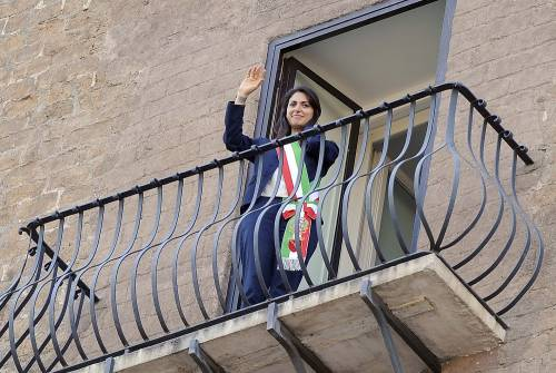 La Raggi si affaccia dal balcone del Campidoglio e si commuove 9