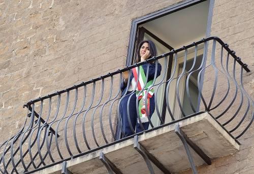 La Raggi si affaccia dal balcone del Campidoglio e si commuove 8