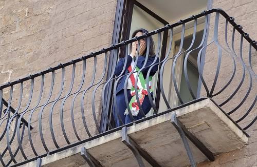 La Raggi si affaccia dal balcone del Campidoglio e si commuove 12