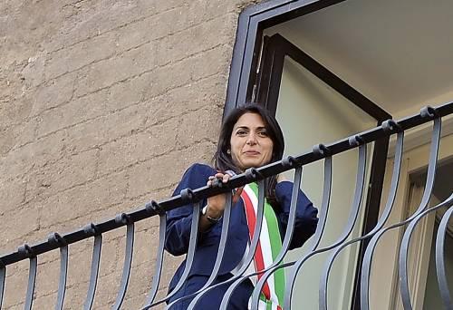 La Raggi si affaccia dal balcone del Campidoglio e si commuove 15