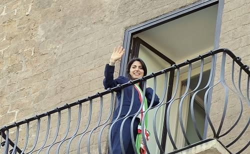 La Raggi si affaccia dal balcone del Campidoglio e si commuove 14