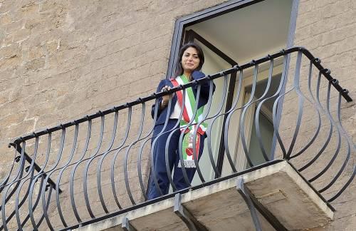 La Raggi si affaccia dal balcone del Campidoglio e si commuove 16
