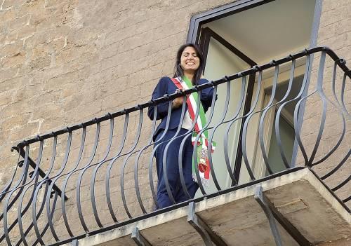 La Raggi si affaccia dal balcone del Campidoglio e si commuove 17