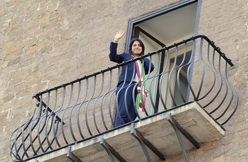 La Raggi si affaccia dal balcone del Campidoglio e si commuove 20