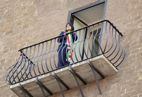 La Raggi si affaccia dal balcone del Campidoglio e si commuove 18