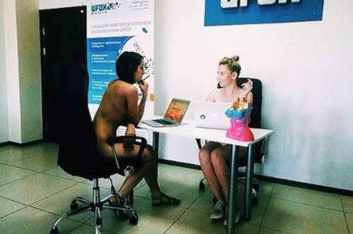 In questo posto lavorano tutti nudi. Ma c'è un perché