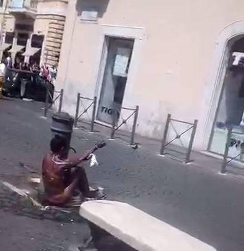 Degrado a Roma: donna nuda si lava nella fontana
