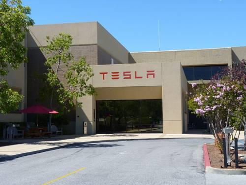 Tesla brucia tutti e va in Cina per produrre auto elettriche