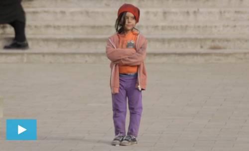Se la bimba è povera nessuno vuole aiutarla: il video choc