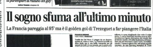 Sopra, Trezeguet festeggia il Golden Gol che risolve la partita. Sotto, la pagina del Giornale che racconta la disfatta italiana
