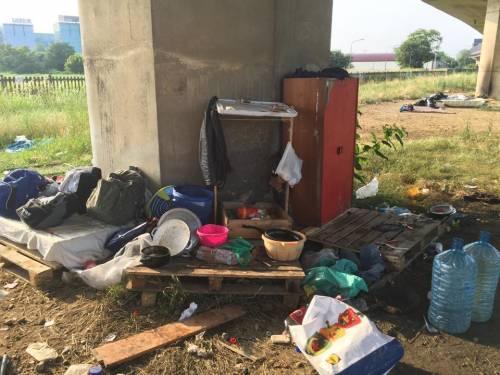 La favela di immigrati sotto la tangenziale 9