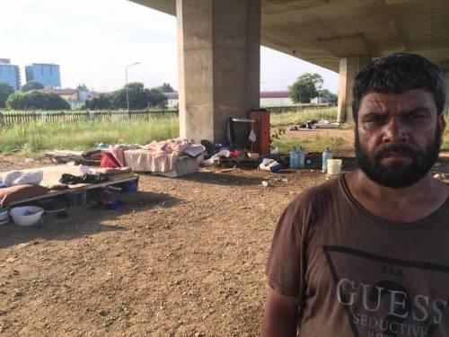 La favela di immigrati sotto la tangenziale 14