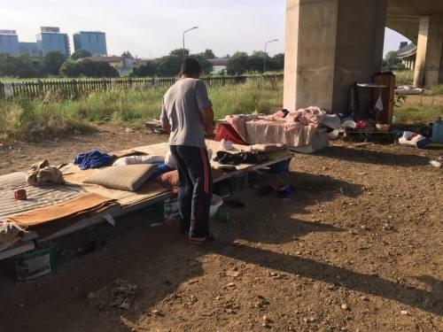 La favela di immigrati sotto la tangenziale 15