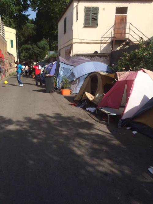 Migranti nella tendopoli abusiva: degrado alla stazione Tiburtina