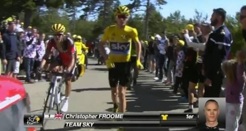 Pazzesco al Tour: Froome resta a piedi e perde la maglia. Ma la giuria azzera