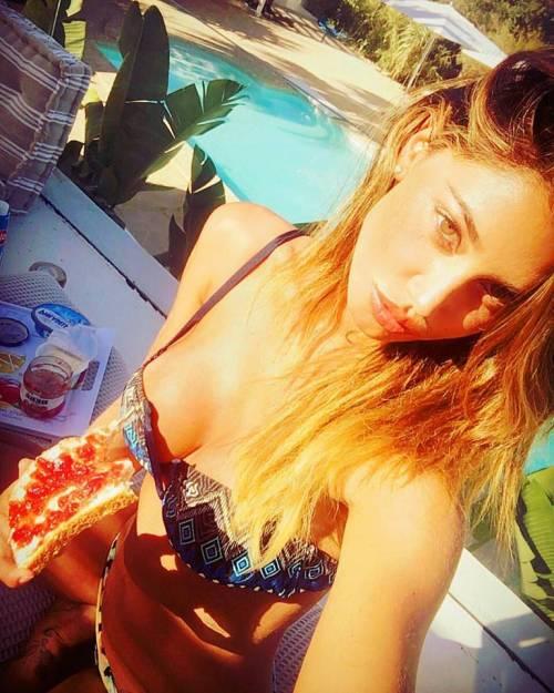Belen Rodriguez, bikini bollente in spiaggia: foto 6