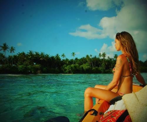 Belen Rodriguez, bikini bollente in spiaggia: foto 14