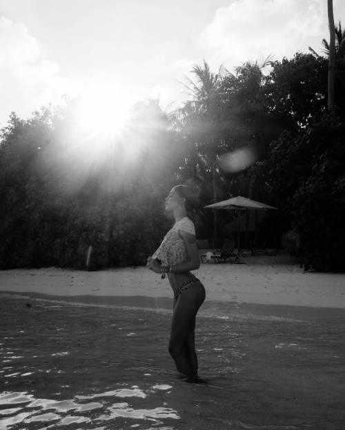 Belen Rodriguez, bikini bollente in spiaggia: foto 18