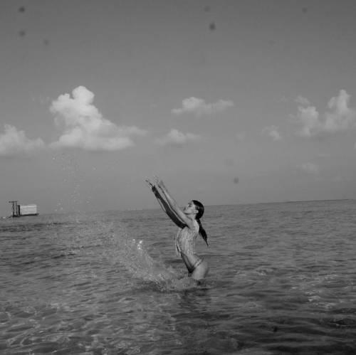 Belen Rodriguez, bikini bollente in spiaggia: foto 16