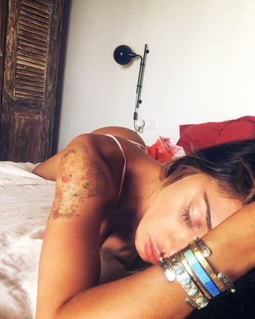Belen Rodriguez, bikini bollente in spiaggia: foto 21