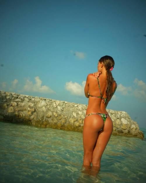 Belen Rodriguez, bikini bollente in spiaggia: foto 19