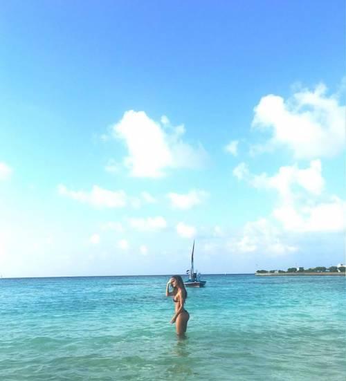 Belen Rodriguez, bikini bollente in spiaggia: foto 26