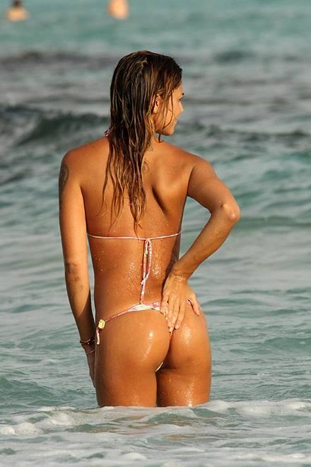 Belen Rodriguez, bikini bollente in spiaggia: foto 30