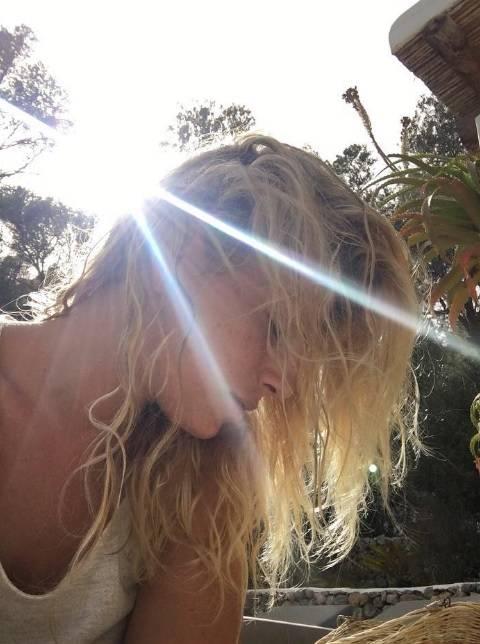 Emma Marrone, curve hot in barca 10