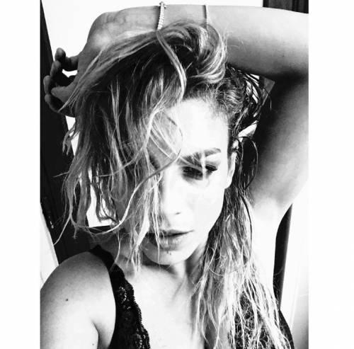 Emma Marrone, curve hot in barca 11