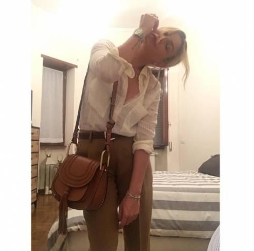 Emma Marrone, curve hot in barca 15