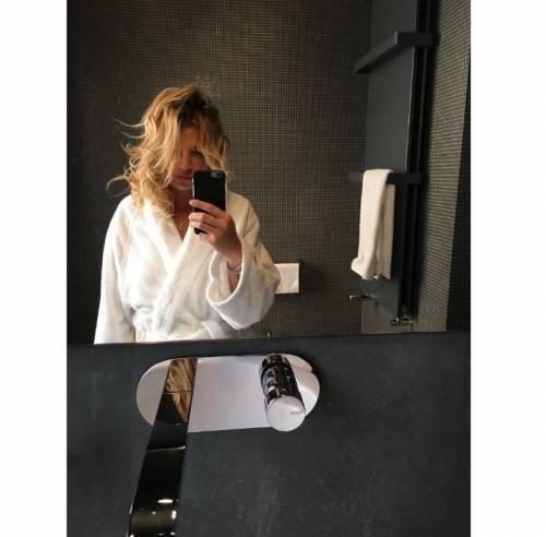 Emma Marrone, curve hot in barca 17