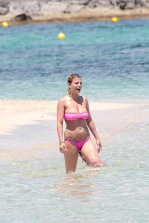 Emma Marrone, curve hot in barca 12