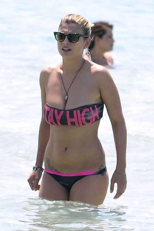 Emma Marrone, curve hot in barca 24