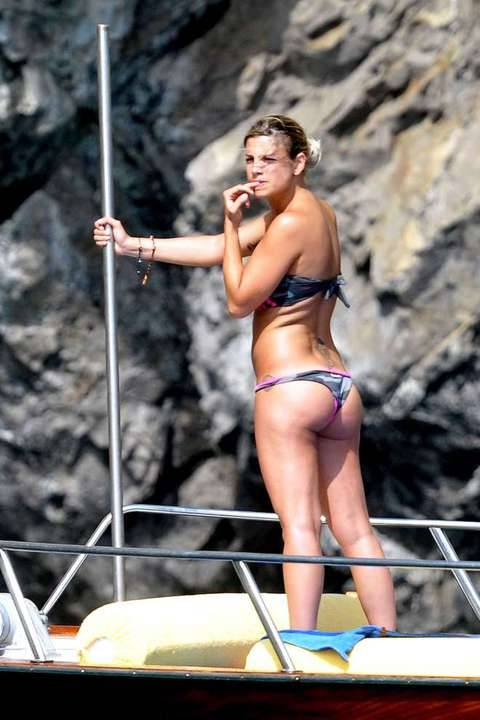 Emma Marrone, curve hot in barca 27